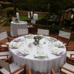 Montaje de elegantes mesas para el servico.