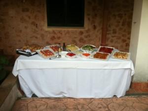 Modelo de mesas buffet con nuestros productos .