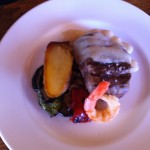 solomillo de ternera con gamba y patata acompañado de verduras de tumbet