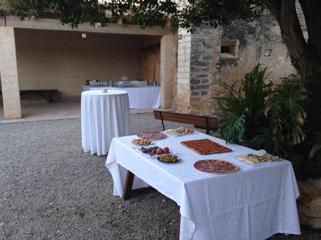 Tras la ceremonia  el coctel servido en bandejas con apoyo en mesa de productos mallorquines.
