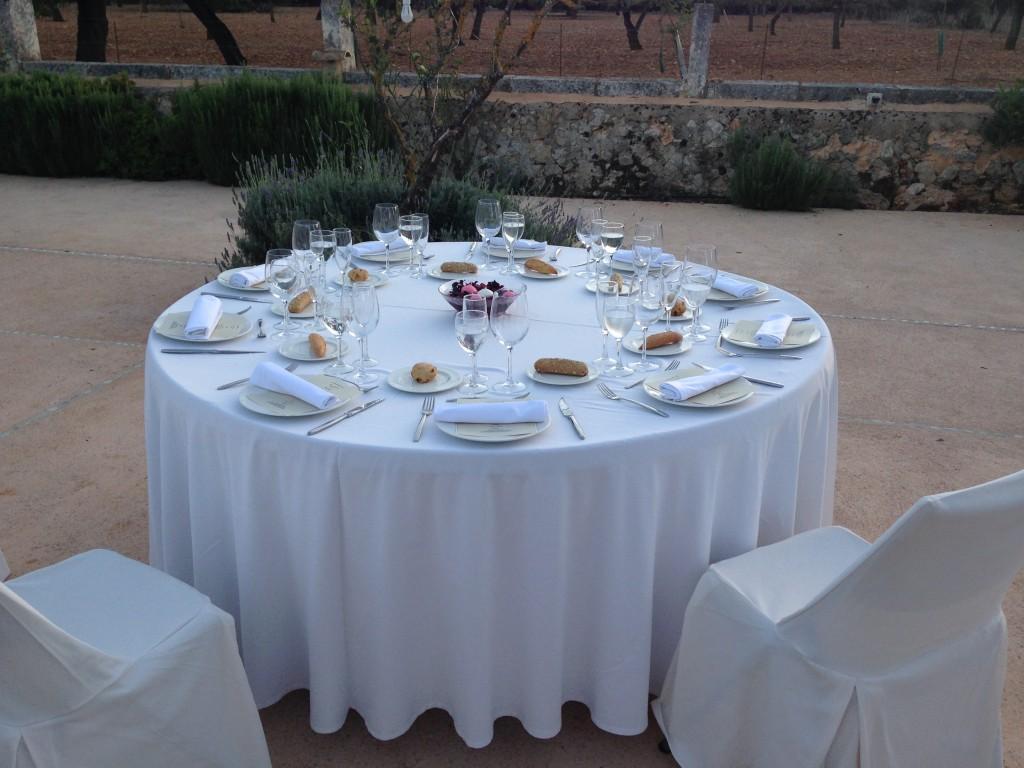 Los invitados estuvieron sentados en nuestras mesas redondas de 10 y 12 personas.