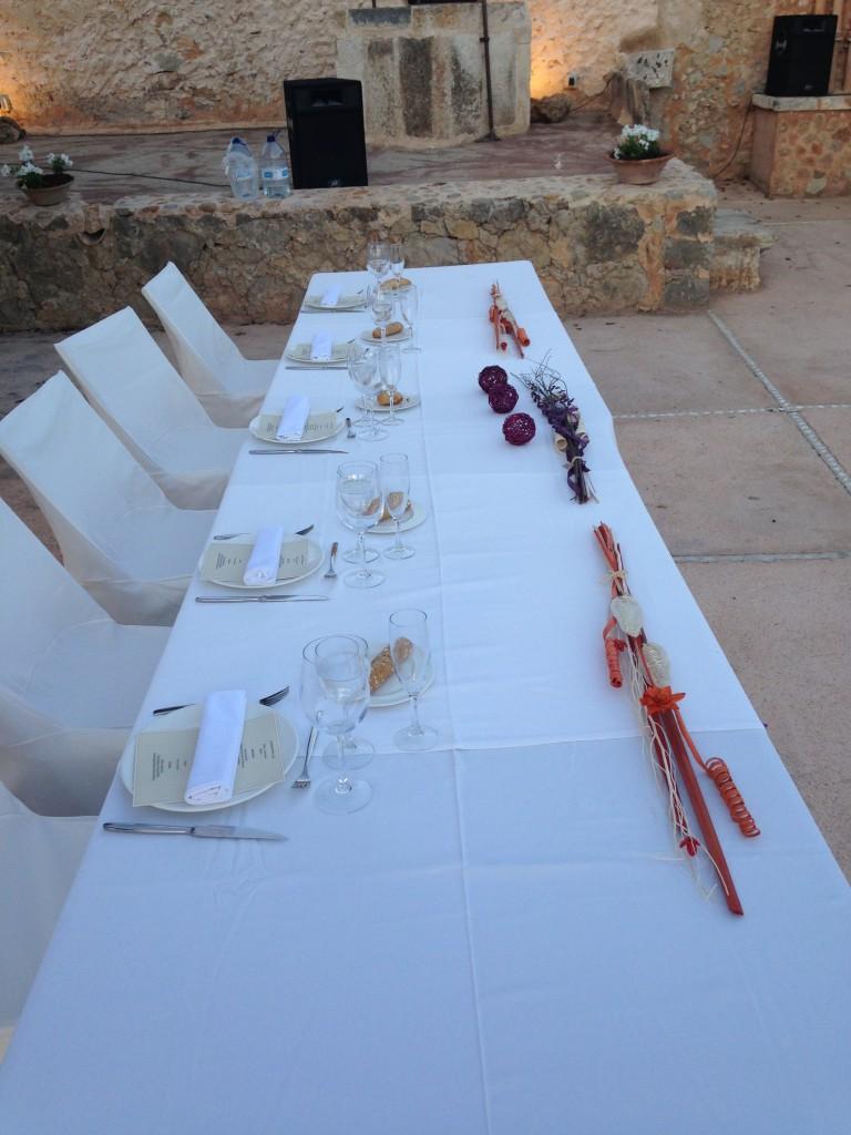 Los novios  escogieron una mesa alargada para cinco personas