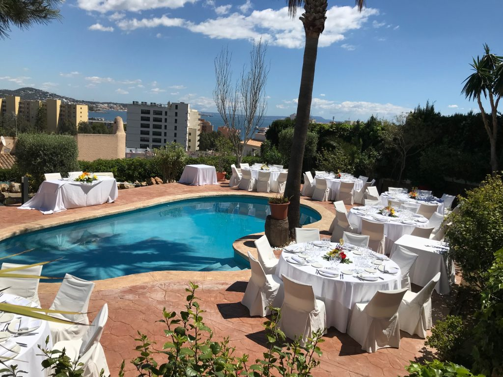 Zona de mesas alrededor de la piscina.